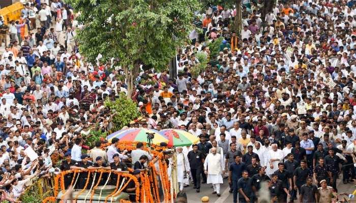 स्कूटर,बस, प्लेन किसी भी तरह वाजपेयी को अंतिम विदाई देने के लिए दिल्ली पहुंचे लोग