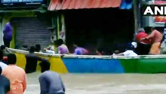 VIDEO: केरल की सड़कों पर चल रही है नाव, बारिश एक दिन में 100 से अधिक लोगों की मौत