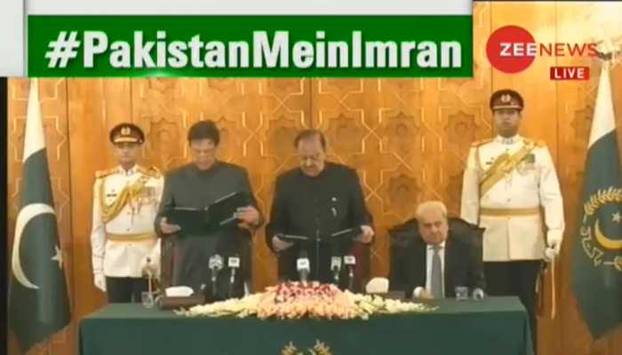 पाकिस्तान के 22वें प्रधानमंत्री बने इमरान खान, शपथ ग्रहण के बाद मुस्कुराए