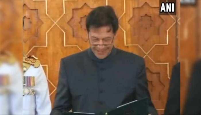 शपथ ग्रहण के दौरान कई बार अटके और मुस्कुरा दिए पाकिस्तान के नए PM इमरान खान, देखें VIDEO