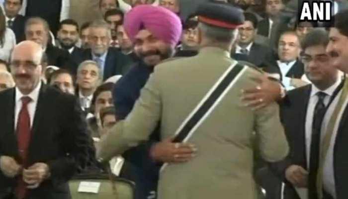 VIDEO: और जब हंसते हुए पाक सेना प्रमुख से गले लगे नवजोत सिंह सिद्धू