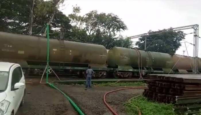 केरल: बाढ़ पीड़ितों की मदद के लिए एकजुट हुआ देश, रेलवे ने भेजा 21 लाख लीटर पीने का पानी