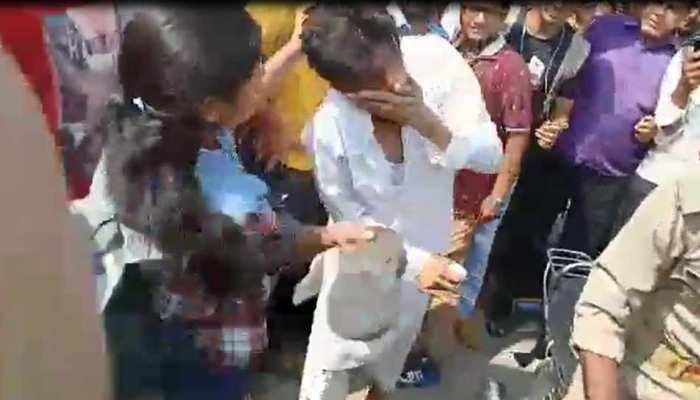 VIDEO: सरेआम कर रहा था भद्दे कमेंट्स, छात्रा ने चप्पल से पीटकर मनचले को सिखाया सबक