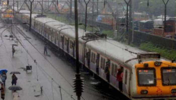केरल में आई बाढ़ के चलते रेलवे ने रद्द की ये रेलगाड़ियां, मदद के लिए चलाईं विशेष ट्रेनें