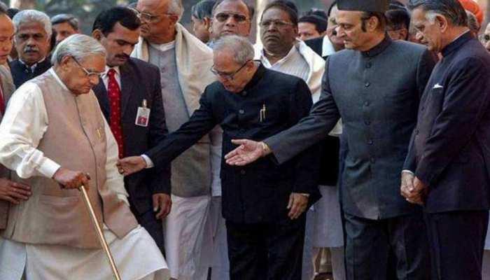 जब अटल बिहारी वाजपेयी को प्रणब मुखर्जी के कुत्ते ने काट लिया था...