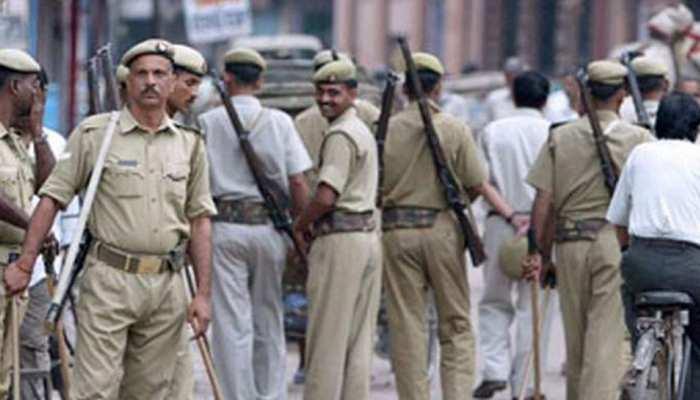 रिटायर कर्नल से मारपीट के मामले में यूपी पुलिस के दो सिपाही गिरफ्तार