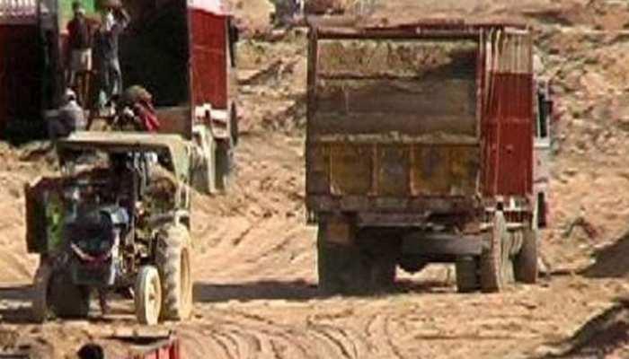 लखीसरायः अवैध बालू खनन मामले में पुलिस ने जब्त किए 47 ट्रक और ट्रैक्टर