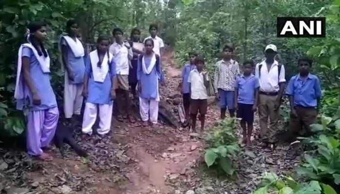 नक्सल प्रभावित इस गांव में नहीं है सड़क, नदी, जंगल पार कर स्कूल जाते हैं छात्र