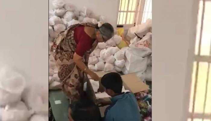 VIDEO : बाढ़ पीड़ितों के लिए नारायण मूर्ति की पत्नी ऐसे कर रही हैं सामान की पैकिंग