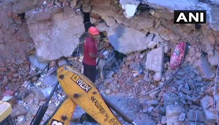 अहमदाबाद : इमारत के मलबे से एक शव बरामद, 4 लोगों को निकाला गया