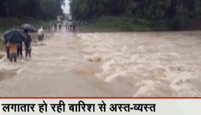 लापरवाहीः जान जोखिम में डालकर उफनती नदी पार कर रहे लोग