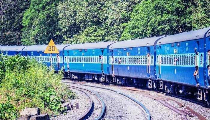 सिवान: ट्रेन से ट्रैक पर गिरी महिला और युवक, स्थानीय लोगों ने बचाई जान