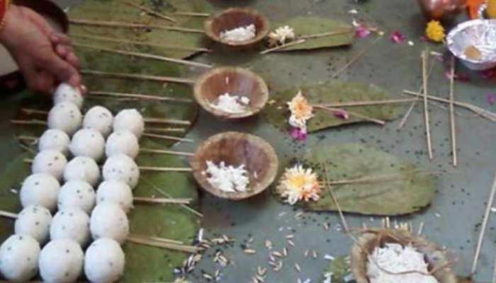 वाराणसी: 'प्रताड़ित' पतियों ने जीते जी पत्नियों का किया पिंडदान