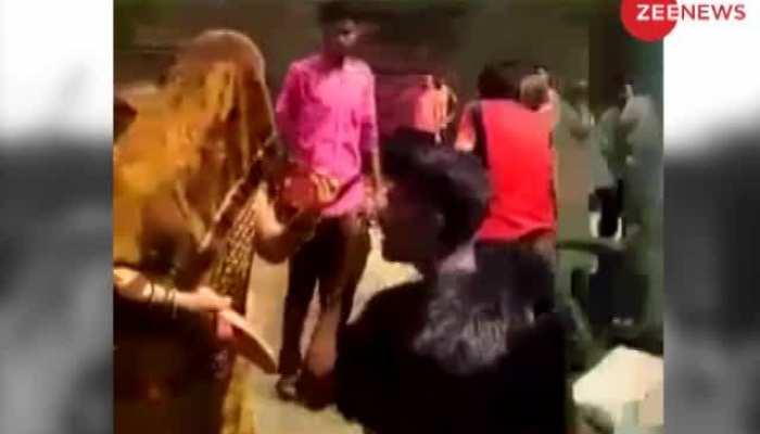 कानपुर: भरी पंचायत में महिला ने दो मनचलों को चप्पल से पीटा