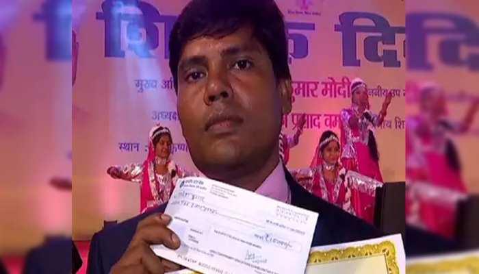 बिहारः राजकीय सम्मान प्राप्त नियोजित शिक्षक ने पुरस्कार का पैसा केरल बाढ़ पीड़ितों को दिया दान