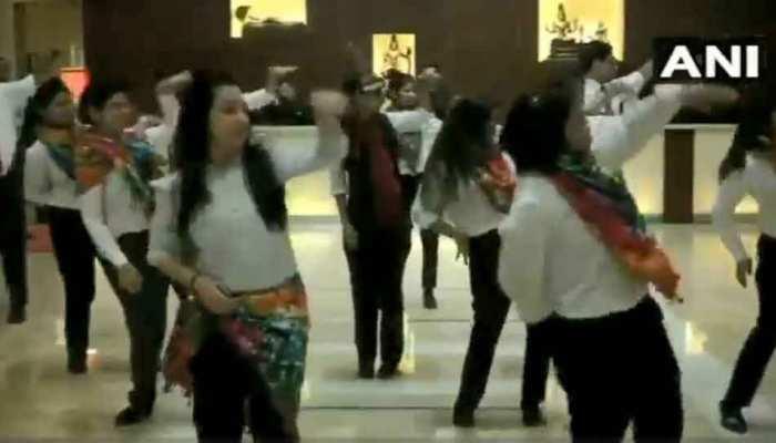 VIDEO : समलैंगिकता पर कोर्ट के फैसले से इस होटल का स्टाफ हुआ खुश, जमकर किया डांस