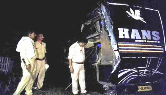 जालौन में बस-ट्रक की भिड़ंत, एक दर्जन से ज्यादा यात्री घायल