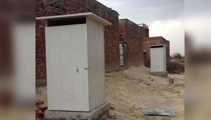 स्वच्छ भारत अभियान : भीख मांग कर शौचालय बनाने वाली महिलाओं को DM ने किया सम्मानित