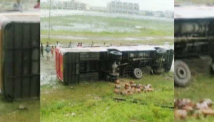 सुपौलः 59 यात्रियों से भरी बस खाई में पलटी, एक लड़की की मौत