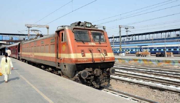 रेलवे के गेट मैन पर हमले से मचा हड़कंप, रेल कर्मियों ने रोक दीं रेलगाड़ियां