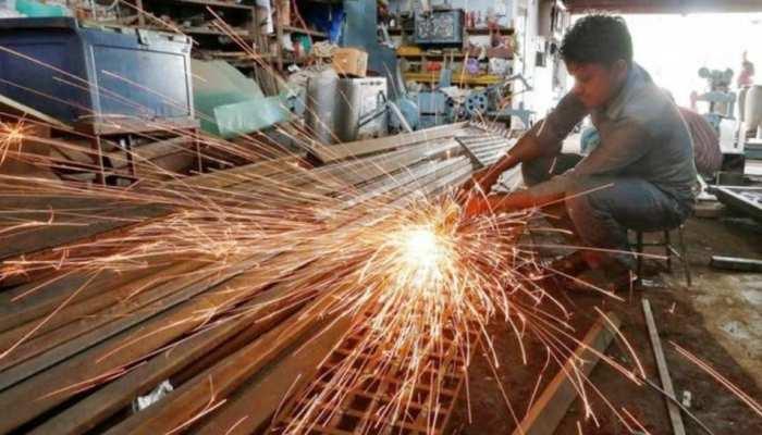 गिरते रुपए के बीच भारतीय अर्थव्यवस्था की बढ़ी रफ्तार, इस एजेंसी ने विकास दर का अनुमान बढ़ाया