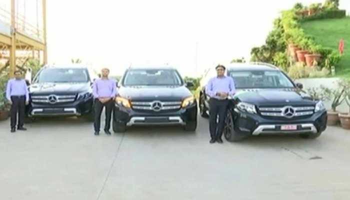 VIDEO: हीरा कारोबारी ने 3 कर्मचारियों को गिफ्ट में दी एक करोड़ कीमत की मर्सिडीज कार