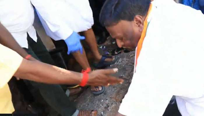 VIDEO: जब कुदाल लेकर खुद ही नाले की सफाई में जुट गए मुख्यमंत्री साहब...