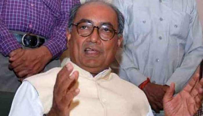 BJP के बाबूलाल गौर के साथ मंच पर दिखे कांग्रेस के दिग्विजय सिंह, जमकर तारीफ भी की