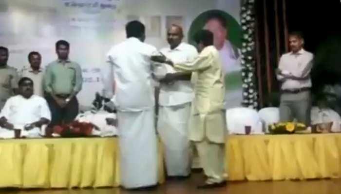 VIDEO: किरण बेदी और AIADMK विधायक के बीच मंच पर हुई कहासुनी