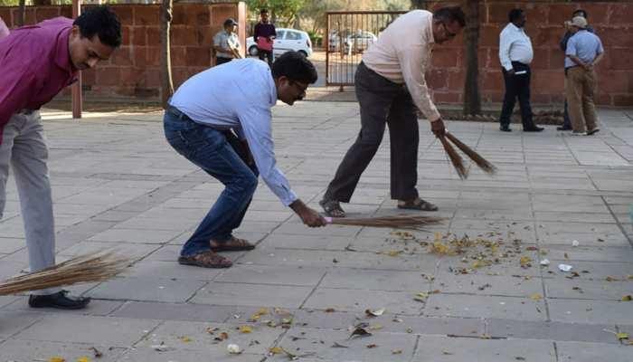 गांधी जयंती पर जिला कलेक्टर ने झाड़ू लगाकर गांववालों को दिया स्वच्छता का संदेश