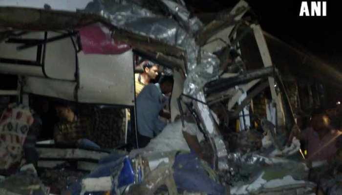 नागपुर: सड़क किनारे खड़े ट्रक में जा घुसी बस, पांच लोगों की मौत, 19 घायल