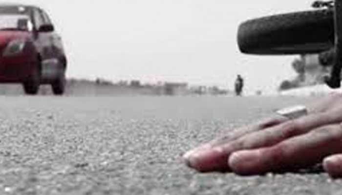 हादसा : ट्रक की चपेट में आई मोटरसाइकिल, बाल-बाल बचे 2 युवक