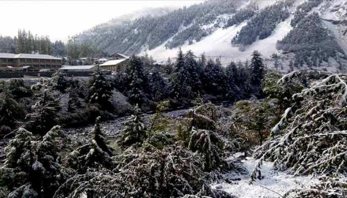 पहाड़ों पर बर्फबारी से उत्तर भारत में ठंडा हुआ मौसम, दक्षिण भारत में 'तितली' ने ढाया कहर