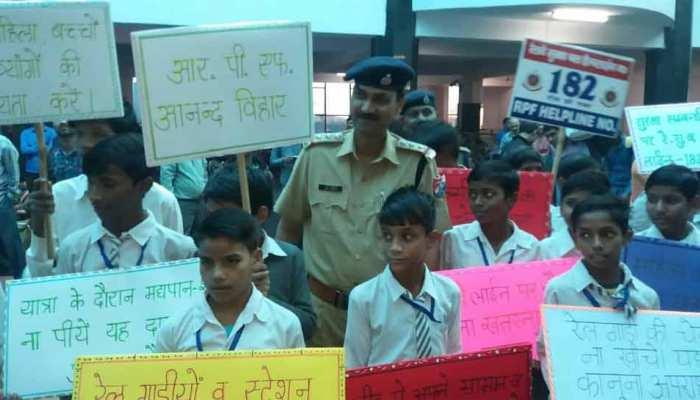 दीपावली और छठ पूजा को लेकर रेलवे स्टेशन पर स्कूली छात्रों ने यात्रियों को किया जागरूक