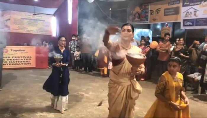 VIDEO: सुष्मिता सेन ने बेटियों के संग किया दुर्गा पंडाल में 'धुनुची नाच', आप भी देखिए