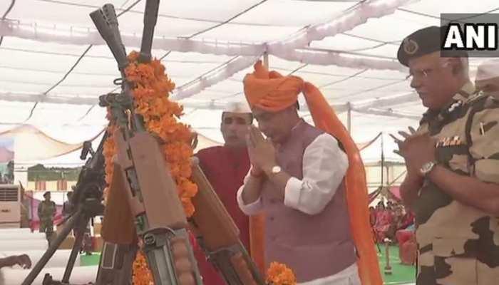 बीकानेर में गृहमंत्री राजनाथ सिंह ने किया शस्त्र पूजन, कहा- 'बीएसफ से पाक रेंजर्स भी डरते हैं'