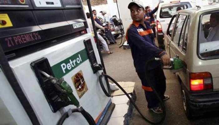 पांचवें दिन भी पेट्रोल और डीजल के दामों में आई गिरावट, इतने कम हुए रेट