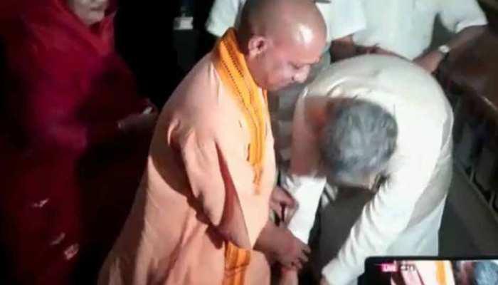 VIDEO : जब रमन सिंह ने अपने से 20 साल छोटे योगी आदित्यनाथ के दो बार छुए पैर