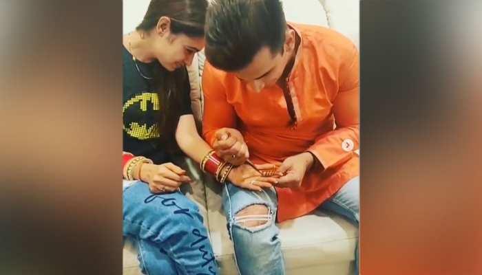 VIDEO: करवा चौथ के मौके पर, इस स्टार ने रचाई अपनी पत्नी के हाथों पर मेहंदी