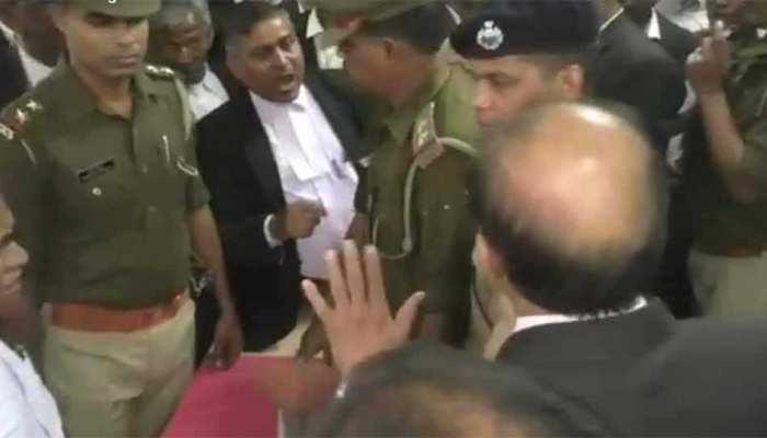 यूपी: कचहरी में वकीलों की गुंडागर्दी, सरेआम दारोगा को पीटा, एसपी का छीना मोबाइल