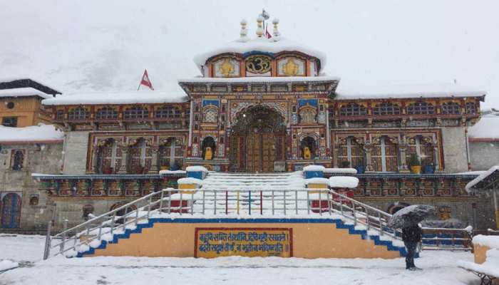 Heavy Snowfall in Badrinath, tourists are happy with the first snowfall of the season