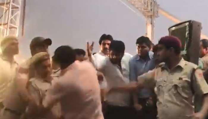 VIDEO: AAP विधायक अमानतुल्लाह ने मनोज तिवारी को सीढ़ियों से दिया दो बार धक्का