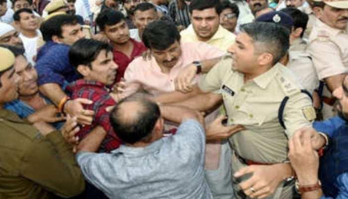सिग्नेचर ब्रिज मामला : हाथापाई के दौरान मनोज तिवारी ने की DCP अतुल कुमार से बदसलूकी!