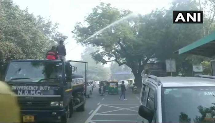 राजधानी में बढ़ते प्रदूषण के बाद नॉर्थ दिल्ली MCD ने पेड़ो पर पानी का किया छिड़काव