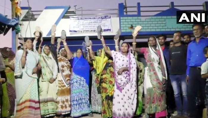 MP: लोगों ने घरों में लगाए काले झंडे, महिलाएं बोलीं- वोट मांगने आए तो चप्पलों से होगा स्वागत