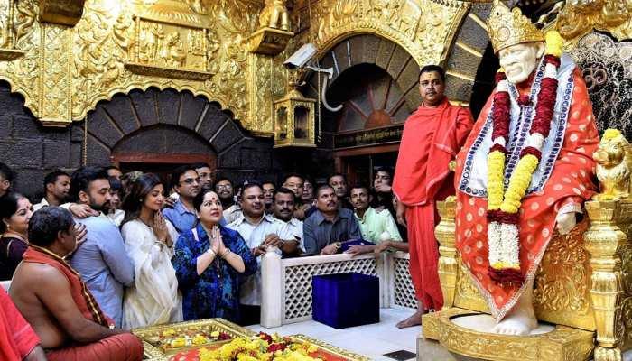 Shilpa shetty kundra vigited sai baba mandir in shirdi and donates 25 lakhs gold crown