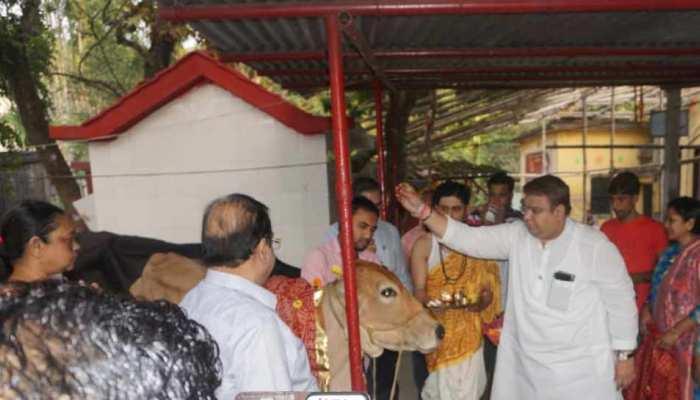 TMC के नेताओं में भी जागा हिंदुत्व, गोपूजन से लेकर कर रहे हैं गंगा आरती