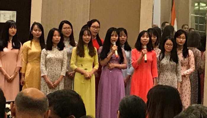 VIDEO: 'शोले' का गाना गाकर वियतनाम में छात्राओं ने किया राष्ट्रपति रामनाथ कोविंद का स्वागत