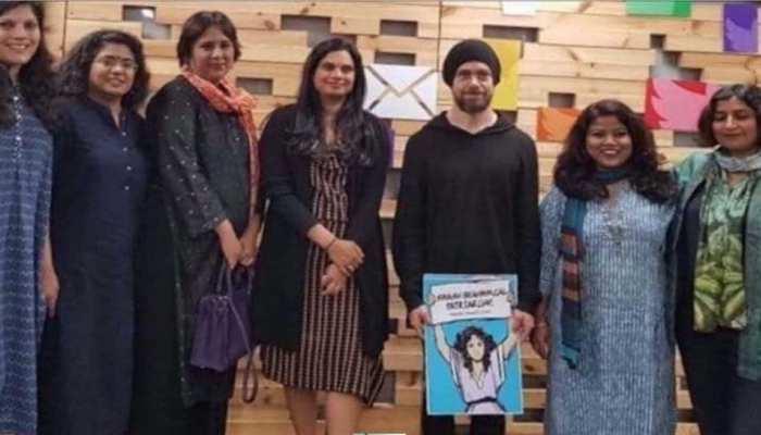 ट्विटर के सीईओ ने ब्राह्मण विरोधी पोस्टर के साथ की तस्वीर की साझा, सोशल मीडिया पर मचा हंगामा