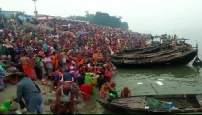 कार्तिक पूर्णिमा : गंगा स्नान के लिए बक्सर में जुटी श्रद्धालुओं की भारी भीड़